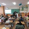 授業参観⑯ 2年生:国語と算数 教室のスクリーン