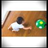 ぷに子のパパ、ママとボール遊び