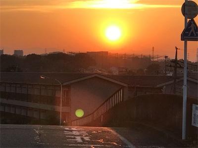 ちょつとづつ陽が短くなってきました〜綺麗な夕日と下弦の月が見られました〜