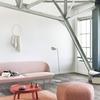 参考になるインテリア パステルカラーのリビングルーム ピンク