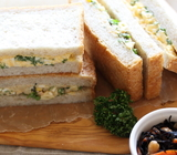 角食パンを焼いてポテトサラダのサンドイッチを作る(パセリ入り)