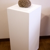 美術作品等の展示台が倒れないように安全に展示する方法について