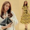 トレンチコート、ピンクジャンパー、シンプルなバッグに演出したスタイリッシュなファッション