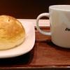 今日のお昼ご飯はDelifranceのコーンパンとカフェオレ