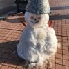作る子の笑む口元の雪だるま(あ)