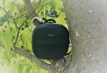 BoseのアウトドアスピーカーSoundLink Microにストラップやカラビナを!意外な小物で簡単に楽しむ