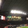サックスブルーの空を覆う札幌ドームの天井