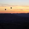 奇岩群と熱気球を眺めながら待つカッパドキアの日の出(ウチヒサル・トルコ