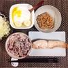 焼き鮭、バナナヨーグルト、小粒納豆、キャベツサラダ。