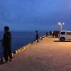夜釣、釣果はいかほどか(釣りを楽しむ島民たち ―岡田港の桟橋―)
