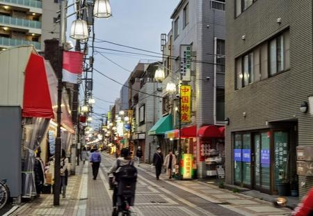 """""""アンチ・ローカライズ""""のアジア文化ひしめく活気の街、小岩。"""