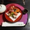 落ち着いた和室にて、四季の美をおりまぜた懐石料理を愉しめる「季節料理 かわら家」!
