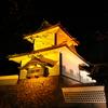 金沢城の石川門がオレンジ色にライトアップされていた