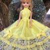 黄色のゴージャスなドレス