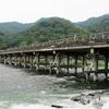 京都 梅雨の曇り空に包まれた嵐山と夏の装いの嵐電嵐山駅を楽しむ!