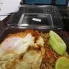 バンコク朝6時半、会社で弁当を食べてユーチューブを見て。