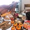 たこ焼きしながら生ハム原木にナイフを入れるサンデーブランチ