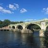 テムズ川に架かるロンドンの橋。水門の上の人道橋。Richmondの「RichmondLock」