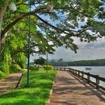 「クラビ川」沿いをゆっくりと歩いていると・・・、以前見た事があるような光景が!そしてここからも色々な島へ行ける。。。