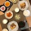 ごはん、里芋と豚バラの塩麹いため、白菜とキュウリのコールスロー、わかめの味噌汁、キムチ