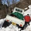 雪解けの時期の採水の様子