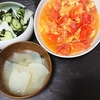 トマトと卵の炒めもの、味噌汁、酢の物