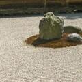 花壇のお手入れが大変なら白い玉砂利を敷き詰めて日本庭園風にしよう!