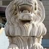 巨大なライオン像とくたニャン