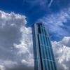 巨大なビルを飲み込もうとする積乱雲。