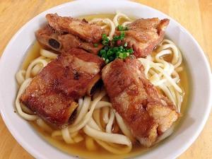 肉が無くなり次第閉店する沖縄本島北部の人気店「山原そば」のソーキそば&三枚肉そば