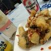 香港地元飯、ダイパイトン:草魚の塩胡椒風味揚げ、蒸し鶏とろみ餡掛け(官涌熟食中心、新龍江飯店)