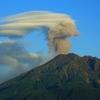レンズ雲が桜島の噴火の灰を食らう