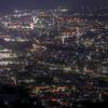 街の明かりを見下ろす山々