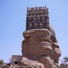イエメン・サナア郊外のワディーダハルと岩の上にあるお城ロックパレス
