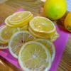 レモンと氷砂糖で……レモンシロップを作ります。