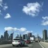 都会をドライブ