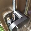 【Qrio Lock】工事不要で玄関キーを電子ロック化。L字プレートで補強して脱落を予防してみた