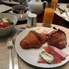 世界一のクロワッサンで朝食を - ロイヤルモンソーラッフルズ