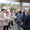 14日、県下農業委員会大会 開会前に党の農業政策ビラを配布