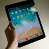 iPad(2018)スペースグレイを今更フォトレビュー。消費も軽い生産もこれ一枚でめっちゃ便利。純正スマートカバーがベスト。