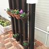 木製ポールフェンス作って、プランターを飾る。ライトアップもしてオシャレな立体花壇が出来上がった。