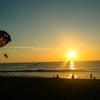 カロンビーチの夕暮れ時、パラせセーリングはいかがですか?