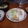 幸運な病のレシピ( 1086 )朝:鳥豚ヤワヤワ煮(保温鍋)、ひき割り納豆(タタキ)、目玉焼き、味噌汁、朝からいっぱい(父の中では夜)