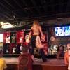 ナッシュビルのナイトスポット Coyote Uglyで二次会…  一般の女性のお客さんがカウンターの上で踊るのが名物です…