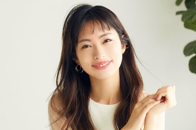 美容家・岡本静香さんに教わる、忙しく働く二十代におすすめのリモートワークメイク&美容法【気になるあの人のオススメ】