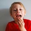 抜けた乳歯は自分で保管?それとも、将来の病気に備えて歯髄バンクで凍結保管?