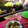 マスクを完全に外して、タイの人みんな屋台で食べてるけどぉぉ。