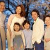 【写真複製・写真修復の専門店】夕暮れ家族写真を昼の状態に