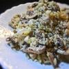 マッシュルームとモツァレラとお米の形のパスタサラダ