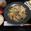 野菜不足だ〜。 そうだ豚肉野菜炒め定食を食べよう。飛鳥で昼食